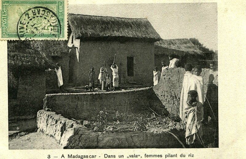 femmes pilant du riz