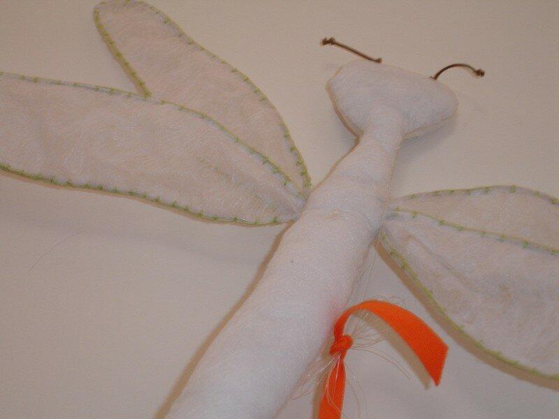 mobile libellule -intissé blanc - finition vert anis