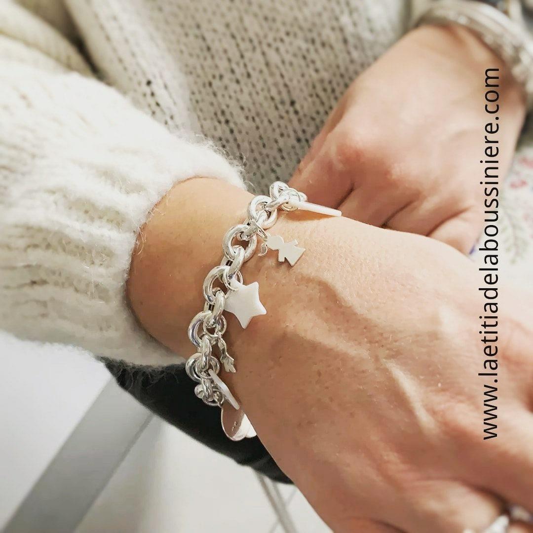 Bracelet personnalisé sur chaîne argent massif gros maillons ovales (porté)