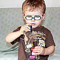 Maxou aime jouer avec les bobines de fil