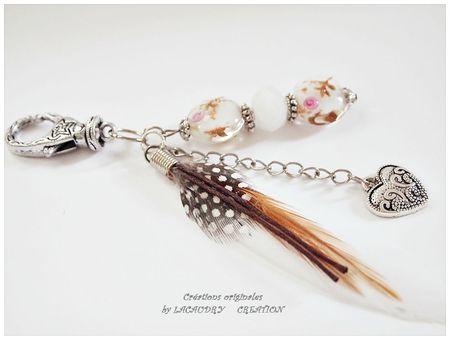 bijoux de sac plume beige et coeur 1