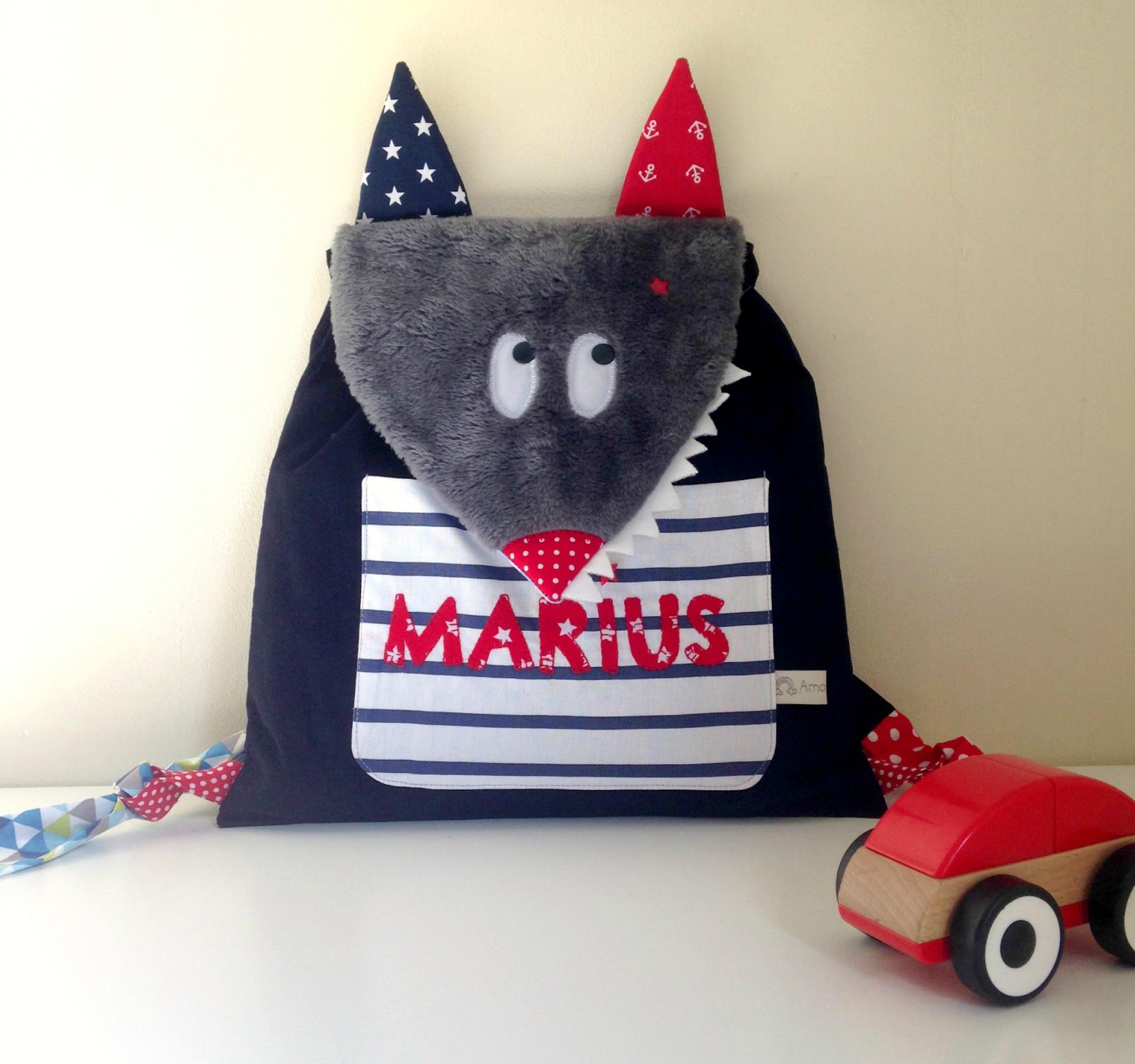 Sac à dos enfant personnalisé avec le prénom Marius loup bleu marine rouge blanc marin
