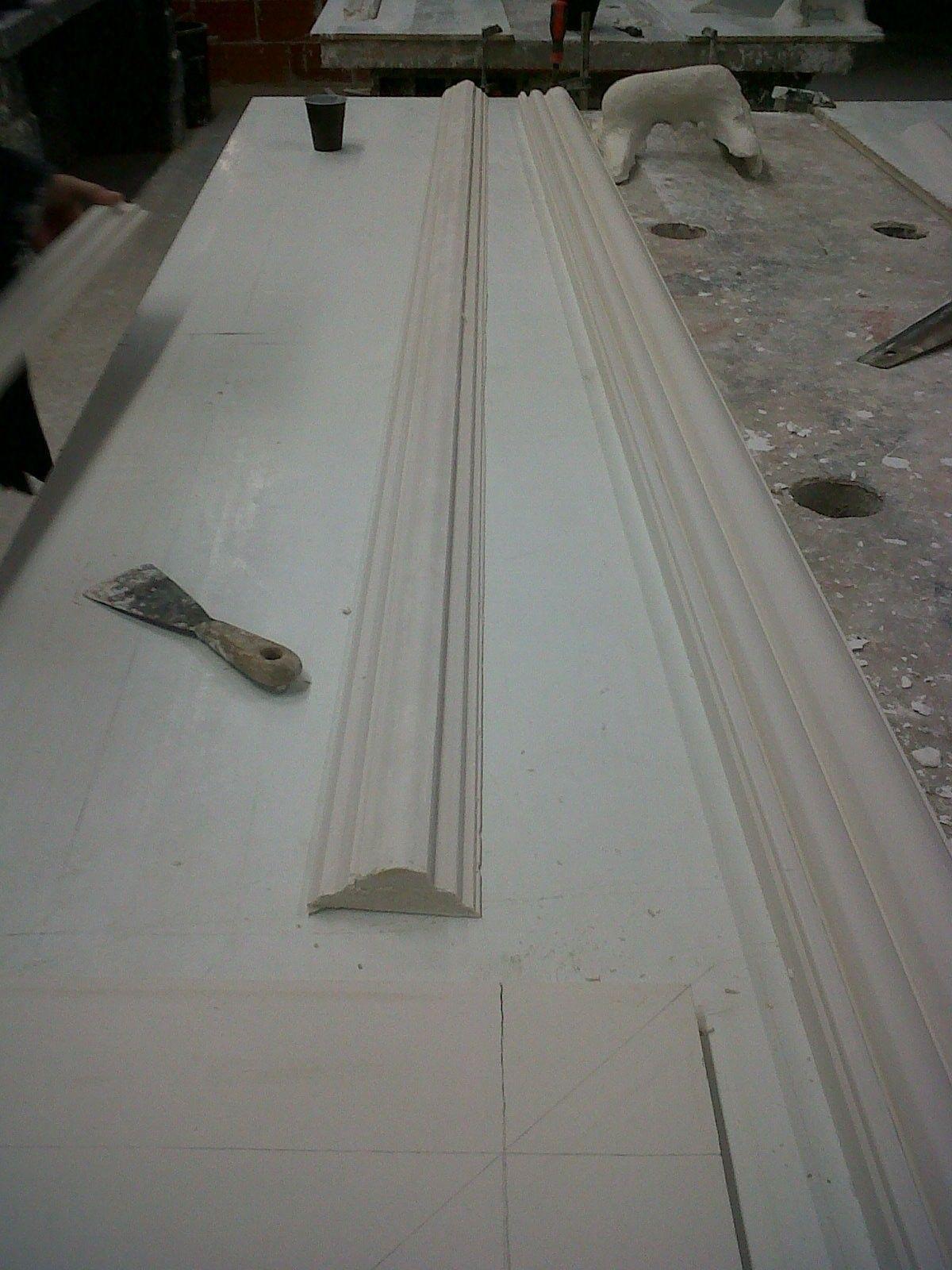 Atelier plâtre : tirage d'une moulure de 2 m.
