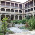 Dans le cloître d'un monastère cistercien
