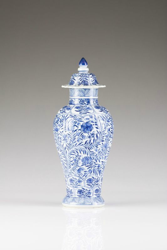 A blue and white vase with cover, Kangxi Period (1662-1722)