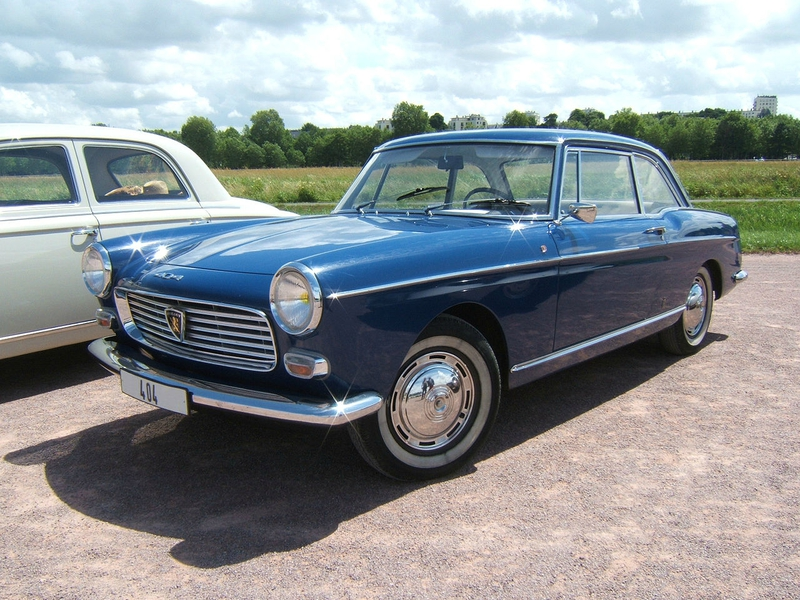 1280px-Peugeot404-coupe-1
