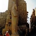 Le remarquable gigantisme des statues…!