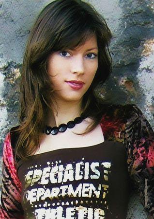 P304 - Jeune-fille, longue chevelure brune