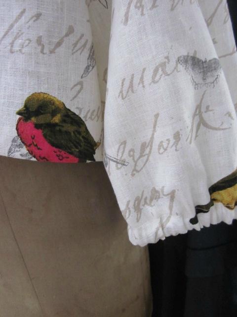 Veste BLANCHE en lin blanc cassé imprimé oiseaux fermée par un bouton de nacre (19)