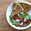 Tarte de brèdes petsay au saumon fumé et salade verte aux tomates