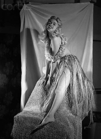 jayne-1956-01-posing_by_earl_moran-2
