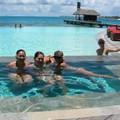 Apéro dans la piscine pour le groupe