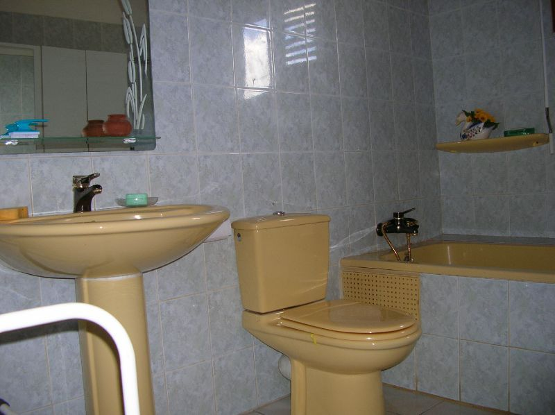 salle de bain de 5m2 avec baignoire eau chaude chambre d 39 hote ixora. Black Bedroom Furniture Sets. Home Design Ideas