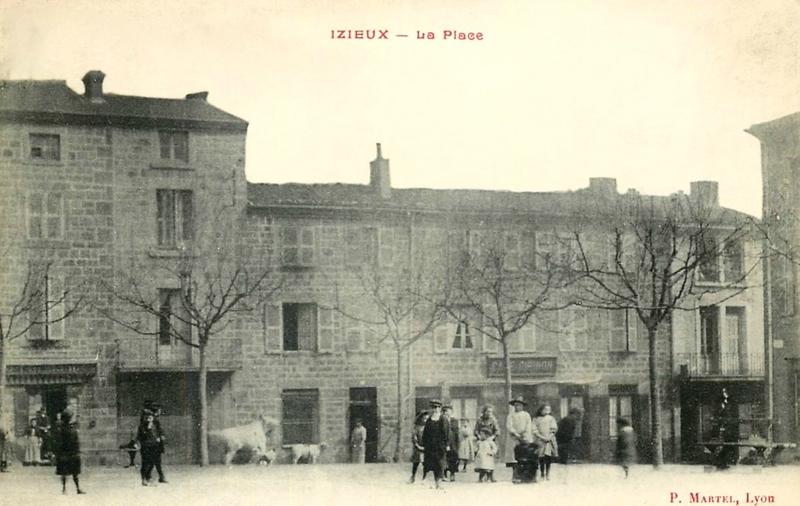 Izieux, rue du Marché et place