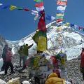 les drapeaux de prières dans le vent Himalyen