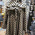 Manteau AGLAE en lainage beige à pois noirs fermé par un noeud dans le même tissu (5)