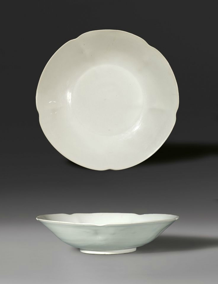 A large petal-lobed dish, Tang Dynasty-Five Dynasties, A