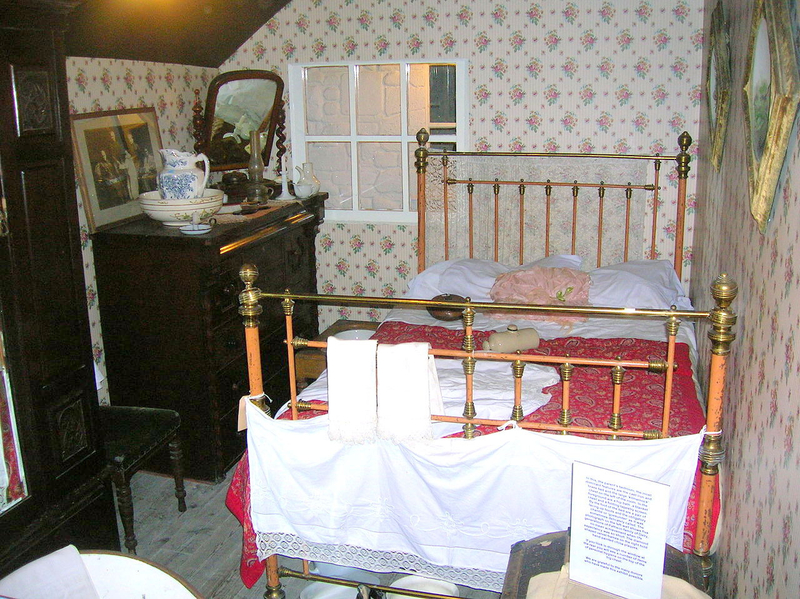 1280px-The_Victorian_Bedroom_at_Dalgarven