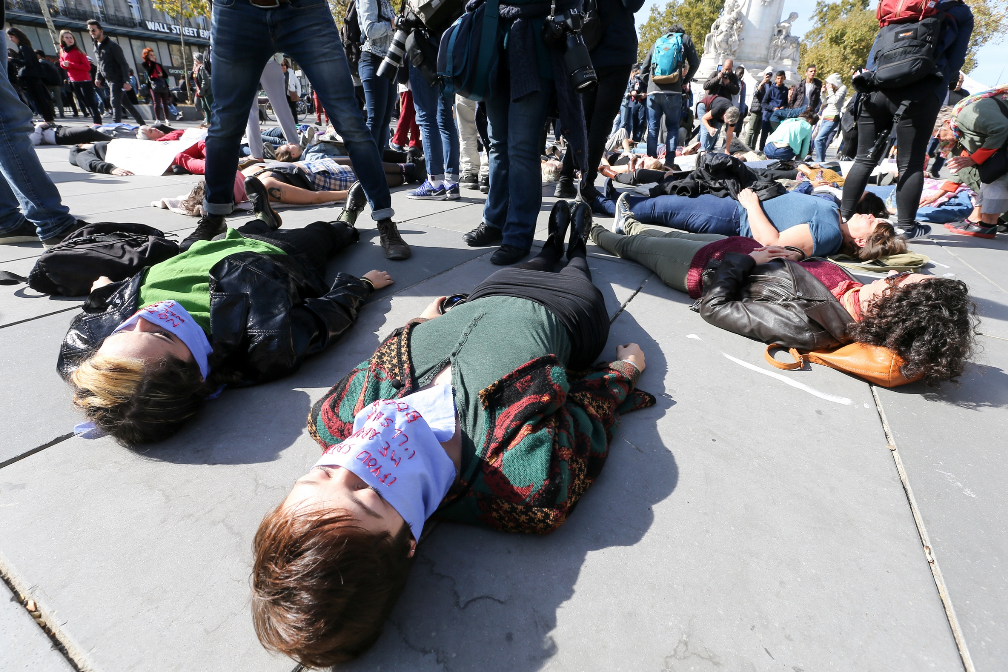 Die-In à Paris pour #MeToo. © Michel Stoupak. Sam 29.09.2018, 13h38m48.