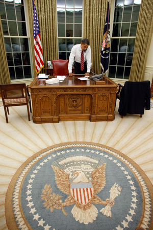 Barack_Obama_at_Resolute_Desk_2009