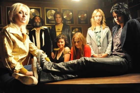 The_Runaways_The_Runaways_With_Their_Manager_21_1_10_kc_1