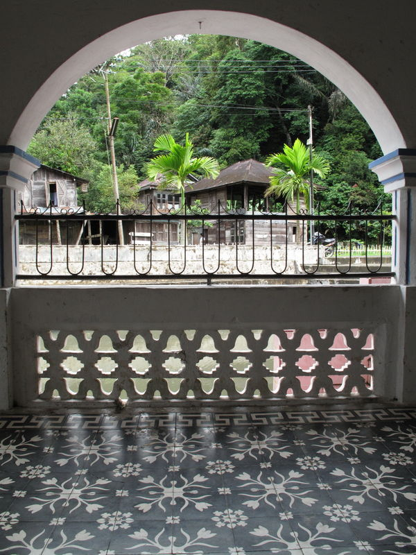 Abords d'un mosquee (lac Maninjau, Sumatra)