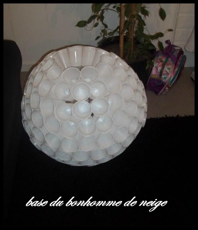 Bonhomme De Neige Avec Des Gobelets En Plastique Cidi Et Le Monde