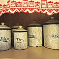 Pots émaillés et boîtes métalliques