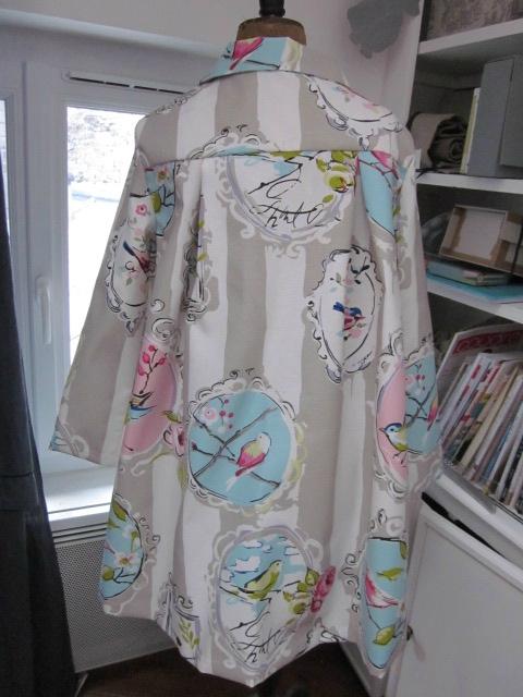 Manteau AGLAE en toile de coton rayée écru et beige imprimé oiseaux rose et ciel - noeud de lin écru (9)