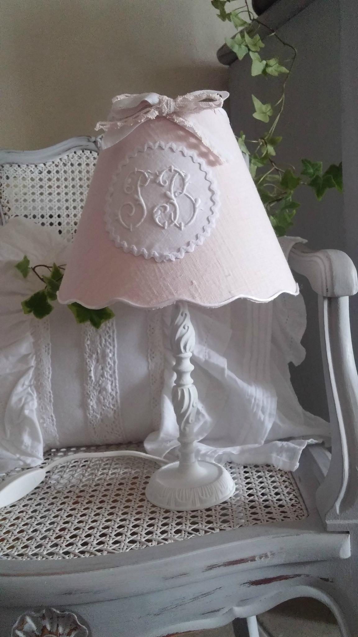 Lampe patiné en blanc poudré et son abat-jour rose poudré