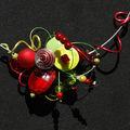 collier tour de cou vert et rouge