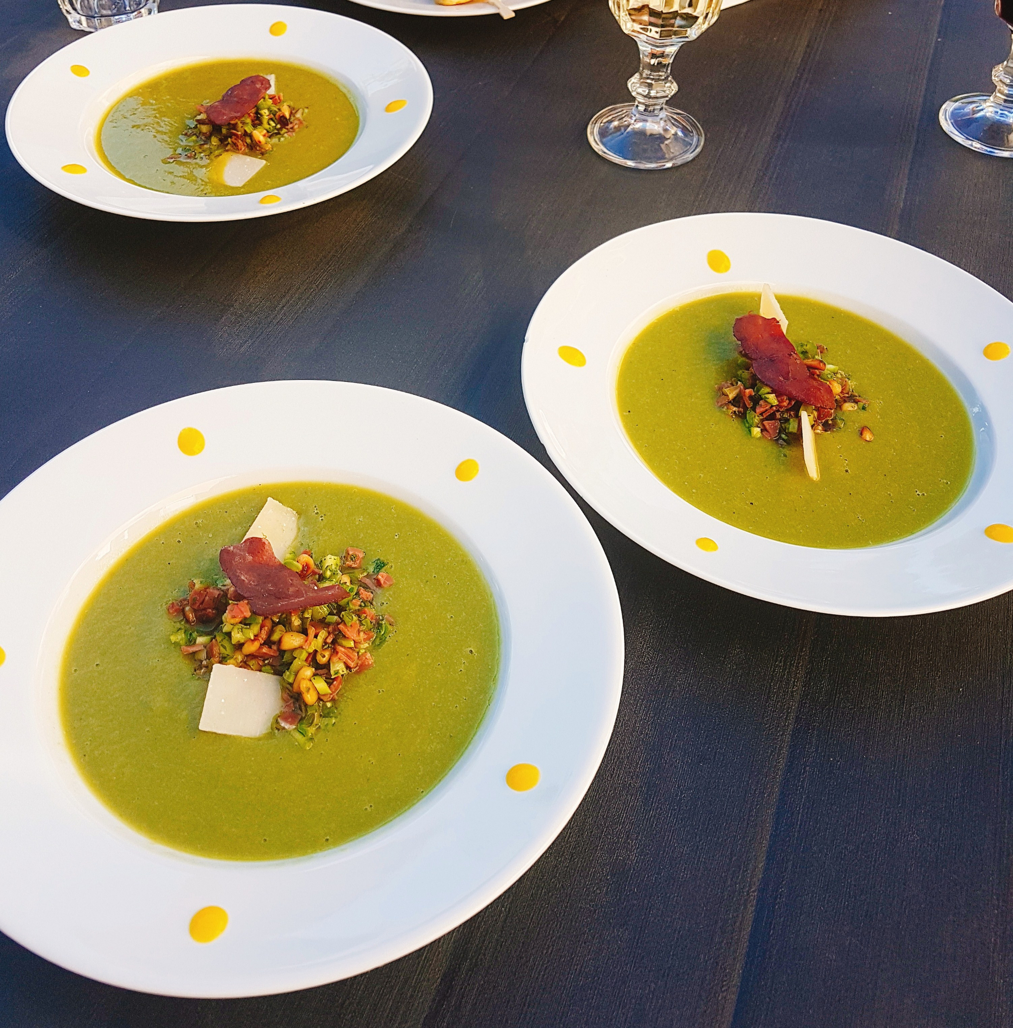 Gaspacho froid d'asperges vertes au magret séché, pignons de pin et copeaux parmesan
