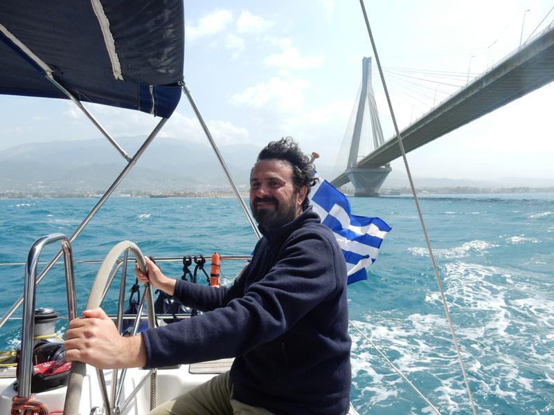 Passage sous le pont Rion-Andirion à 13h37, Christian à la barre du Hellas Fos DSCN7003