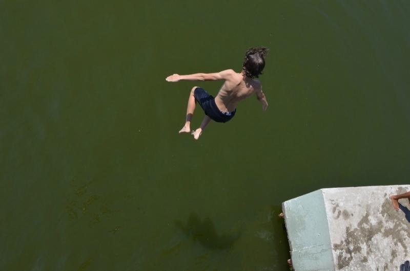 Un jeune Roumanistanais plonge dans le lac