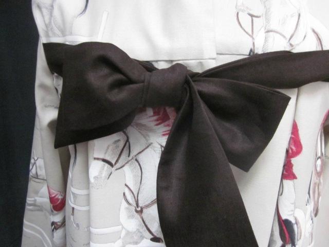 Manteau AGLAE en toile de coton beige clair imprimé chevaux de courses, fermé par un noeud de lin chocolat (4)