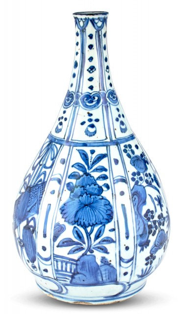 A Chinese Kraak Blue and White Porcelain Bottle Vase, Late Ming Dynasty