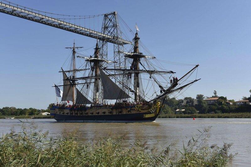 la-fregate-passe-sous-le-pont-transbordeur-de-rochefort-a_2103926_1200x800[1]