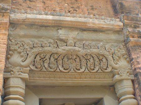 temple preah ko_linteau avec garuda et naga_01