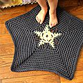 La valse des petits petons ou le tapis étoilé en traphilo et autre crochetage.