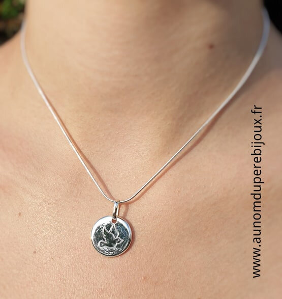 Collier médaille colombe Esprit Saint en argent 925 sur chaîne serpent en argent 925 porté - 79 €