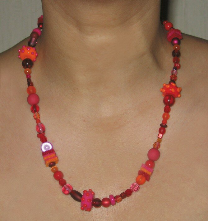 Collier rouge-rose-orange en perles, fimo et feutrine