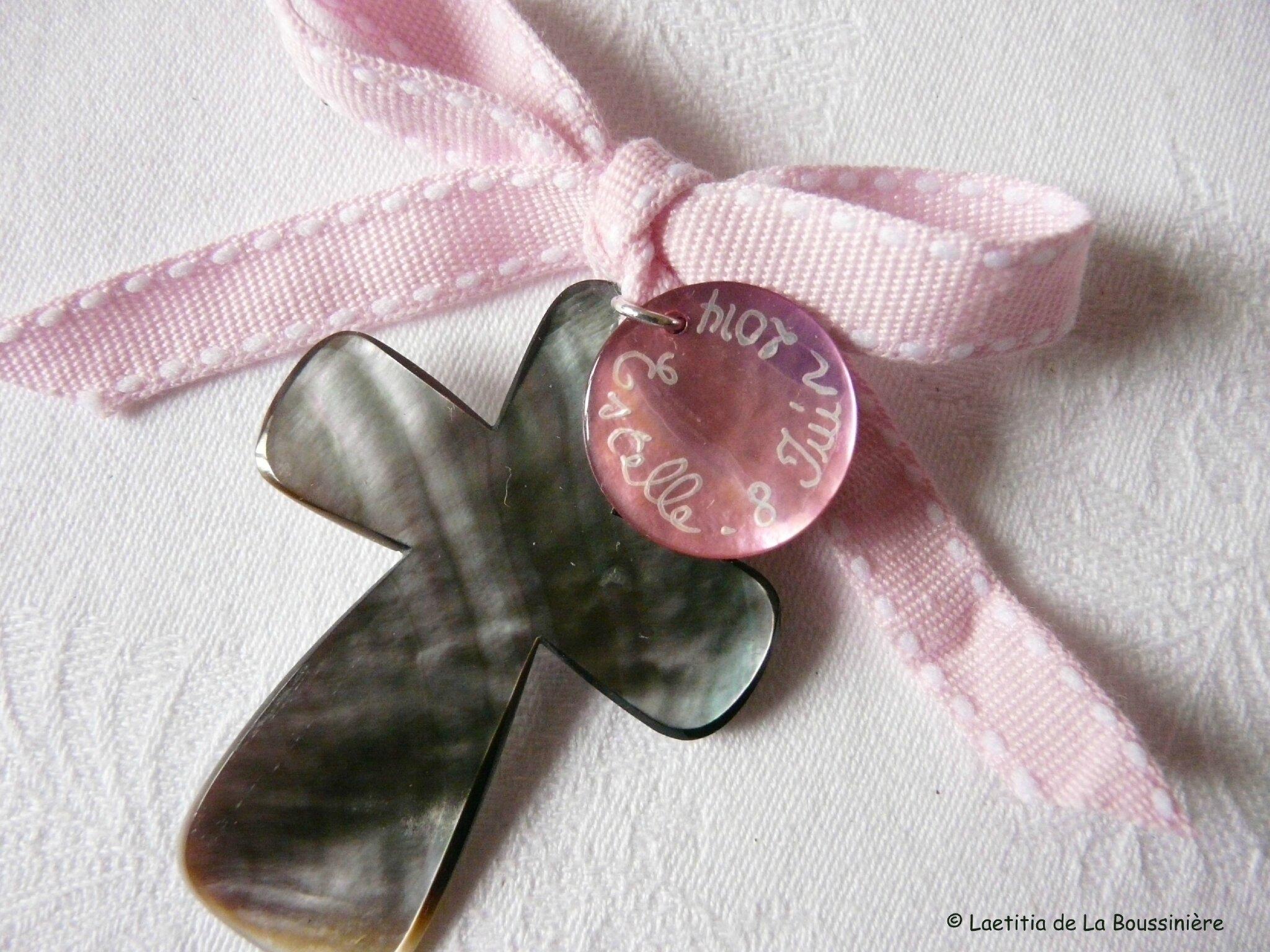 Croix de Baptême (sur ruban Sellier rose clair)