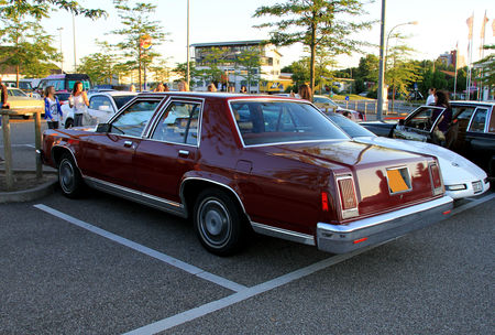 Ford_LTD_4door_sedan_de_1979__Rencard_du_Burger_King_juin_2010__02