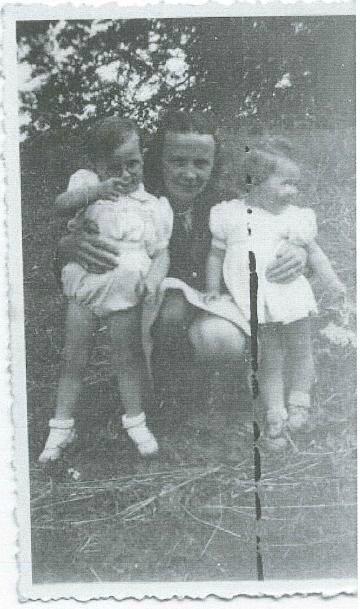 Catherine Provost avec son fils Marcel Queffelec à Penne ar Roz en Gouezec été 1947