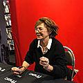 La chanteuse et comédienne, jane birkin en pleine séance de dédicace...
