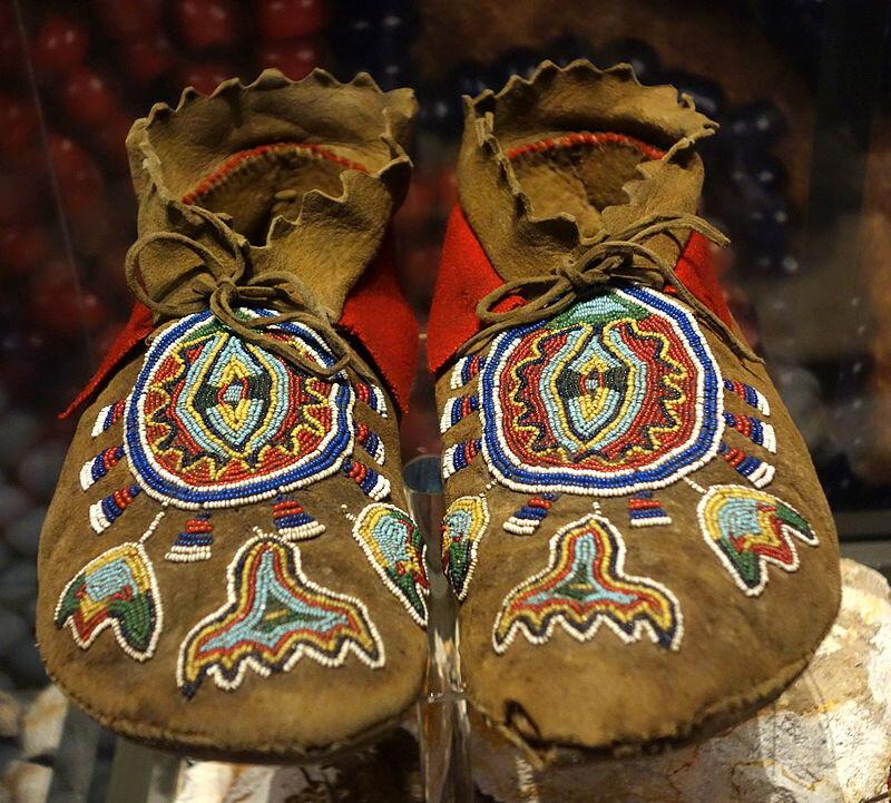800px-Shoshone_moccasins,_1860-1880_-_Bata_Shoe_Museum_-_DSC00549