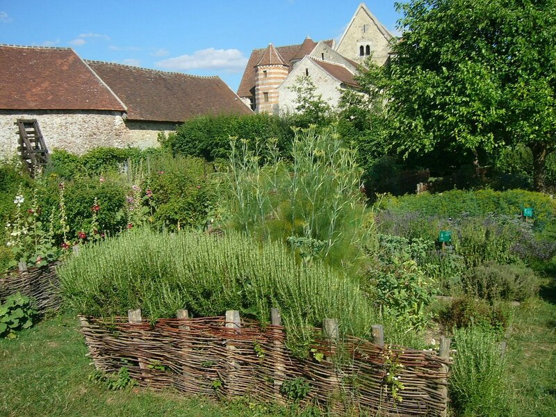 1280px-Coulommiers_Vue_Jardin_Medieval