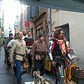 Défilé dans les ruelles d'Olargues