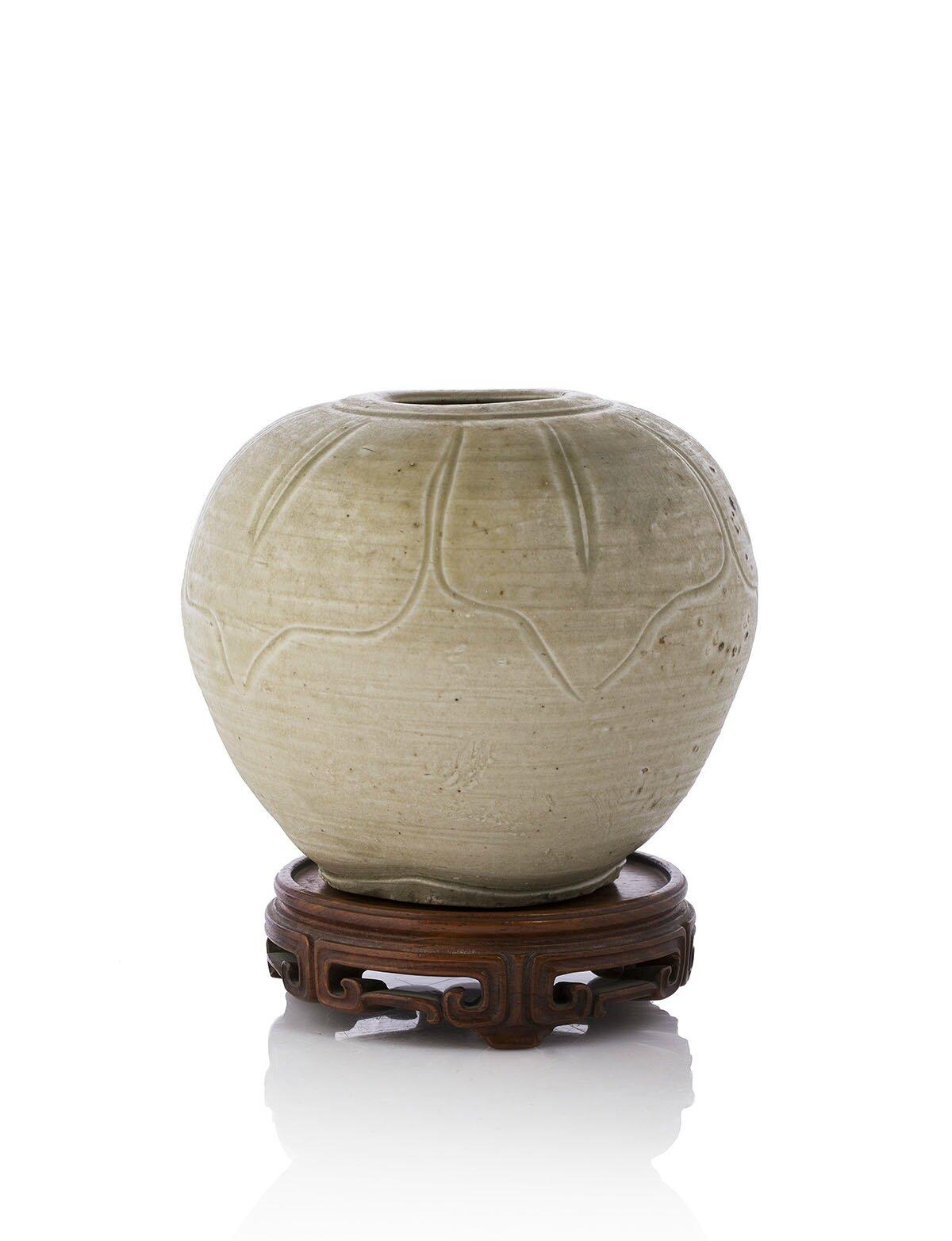Vase à englobe beige à décor incisé de fleurs de lotus, Vietnam, XIVe siècle
