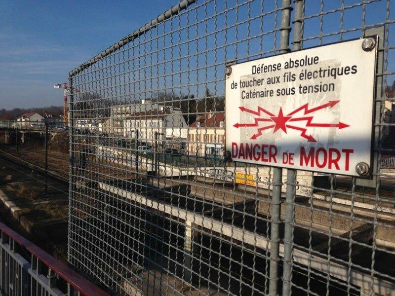 Le jeune homme s'est aventuré sur un train ce qui est totalement interdit. (©La Marne)